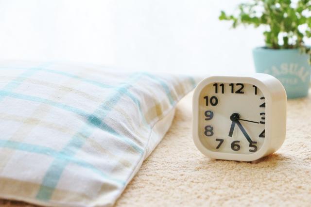 朝 時計 起きる時間